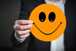 Lachender Smiley. Freude ersetzt Angst im Gehirn.